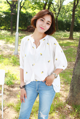 Flower embroidered blouse Shearing