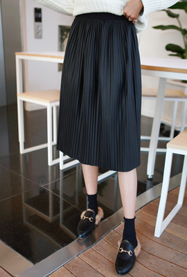 Bending pleated leather skirt