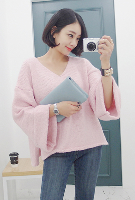 Wide V-neck knit sleeves rolled up tea (secondary stock)