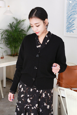 Point color button wool cardigan