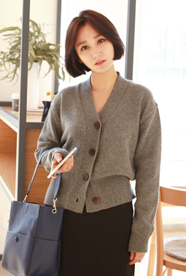 Simple wood button wool cardigan