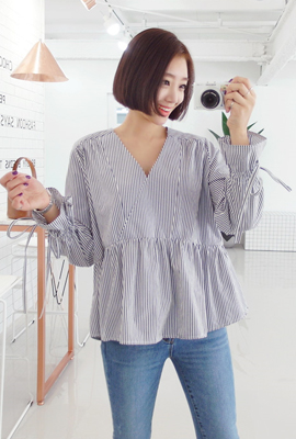 Give V-neck blouse with ribbon
