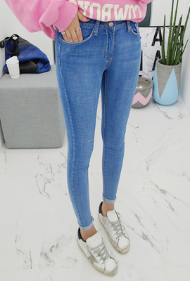 Simple wash scratch skinny jeans
