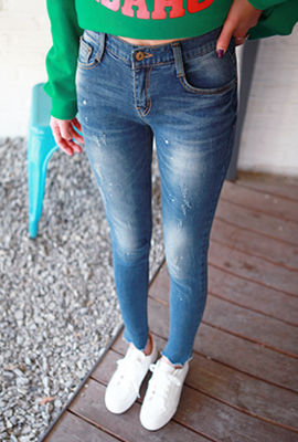 Painting triangular cut skinny jeans
