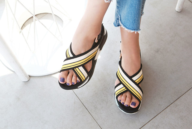Color Strap Tongue Sandal