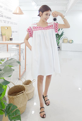 Square neck flower embroidery dress