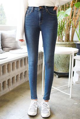 Cutting simple brushed skinny jeans