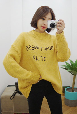 Half-necked lettering embroidered knit tee