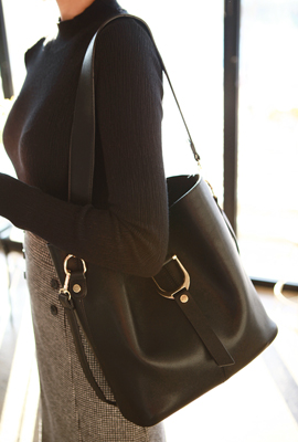 Front strap buckle shoulder bag (3rd stock)