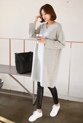 Simple V-neck long knit dress