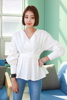 V-necked rear vesting blouse